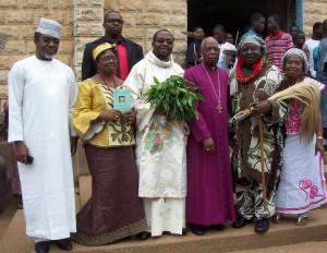 Serge-Patrick entouré de sa famille et Mgr Djoliba