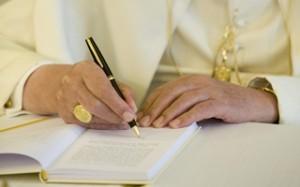 Le pape François signe sa première encyclique