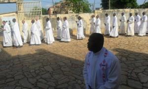 Messe chrismale autour de Mgr Djoliba